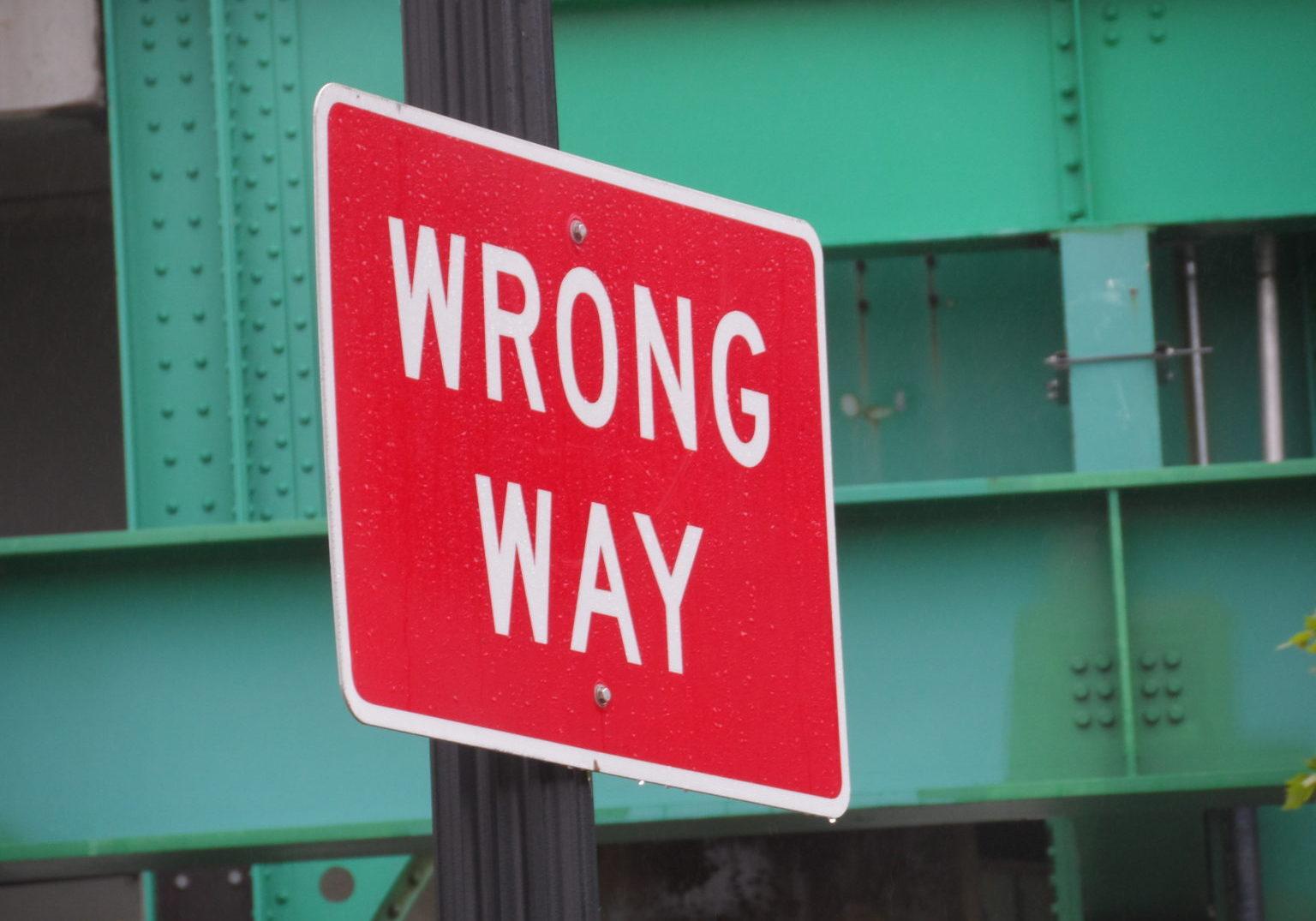 Wrong_Way_sign_in_Leverett_Circle,_May_2013